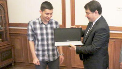 Vali Vasip Şahin, Ygs Türkiye Birincisine Laptop Hediye Etti